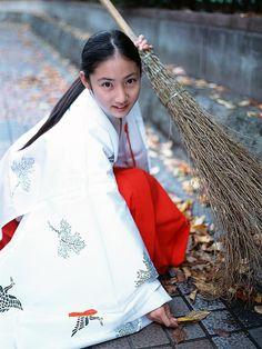 巫女 紗綾 A miko dressed in junihitoe.
