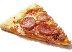 Fatia de pizza de calabresa de origem animal. Se ela ainda seduz você, é hora de prestar atenção em como veganizar seus sentidos Pepperoni, Food, Dishes, Pay Attention, Food Items, Vegans, Diet, Eten, Meals