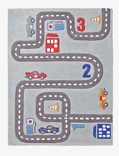 Muy lúdica, ¡esta alfombra sirve de decoración y de alfombra de juegos para la habitación de tu campeón!   DIMENSIONES:100 x 133 cm. A DESTACAR:  Elaborada con fibras naturales algodón, te recomendamos aspirarla varias veces antes de usar. Superficie lavable.   Tuft 100% algodón.;