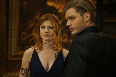 Katherine McNamara and Dominic Sherwood in Shadowhunters: The Mortal Instruments Clary Fray, Clary Und Jace, Cassandra Clare, Tv Show Couples, Dominic Sherwood, Shadowhunters Tv Show, Jace Wayland, Isabelle Lightwood, Matthew Daddario