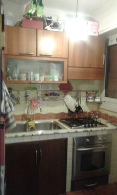 La mia cucina: minuscola ma ormai organizzata alla perfezione per permettermi di effettuare i miei esperimenti culinari. Ho escogitato diversi escamotages per ottimizzare al megli ogli spazi, ma non manca mai occasione di combinare qualche guaio!!