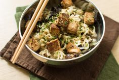 Nouilles coco au tofu mariné, champignons noirs et shiitakés - Recette végétarienne Vegan V, Vegan Food, Marinated Tofu, Asian Recipes, Ethnic Recipes, Yummy Food, Tasty, Recipe Please, Coco