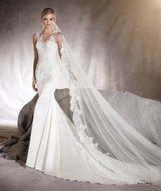 Atenas - Wedding dress with lace on an open back and train detail