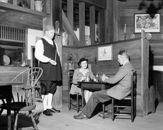 When it opened 75 years ago, Chowning's Tavern helped lead the way in Colonial Williamsburg's interpretation of life in the 1700s. http://bit.ly/2aVTQPZ -- Mark St. John Erickson