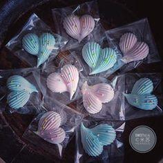 Valentine's heart-shaped meringue cookies Cupcakes, Cake Cookies, Sugar Cookies, Cupcake Cakes, Valentine Cookies, Valentines, Macarons, Gourmet Recipes, Cookie Recipes