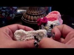 Crochet Hello Kitty Booties would be nice handmade gifts. Making baby gifts with your own hands is the sweetest way to show your love. Baby Bootees, Crochet Baby Booties, Crochet Slippers, Baby Blanket Crochet, Chat Crochet, Crochet Bebe, Crochet For Kids, Crochet Mittens Free Pattern, Granny Square Crochet Pattern