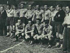SELECCIÓN ESPAÑOLA. Berna 3 de mayo de 1936. Suiza, 0 España, 2. De pie, de izquierda a derecha: Blasco, Muguerza, Zubieta, Luis Regueiro, Lángara, Roberto, Aedo, G. Eizaguirre (portero suplente) y Encinas (seleccionador). Agachados, en el mismo orden: Ventolrá, Gorostiza, Lecue y Zabalo.