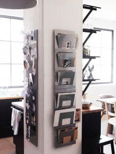 Paal met handig opbergrek voor post. In deze kamer is slim gebruik gemaakt van iets dat eigenlijk onhandig is. Wie wil er immers graag een pilaar midden in zijn kamer hebben staan? Op de paal is hier een rek voor de post gehangen en een memobord. Ikea