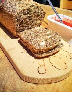 Brødet kan fint skjæres i tyyyynne skiver :) Dette brødet er så godt og holdbart. Du ork... Banana Bread, Paleo, Health, Desserts, Blogging, Tailgate Desserts, Deserts, Health Care, Beach Wrap