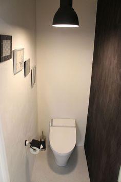 といれたす店舗にあるトイレのモデルルームの1つ、トイレの壁、天井をしっくいで仕上げた漆喰トイレです。1面だけ、しっくいに色を入れてアクセントにしています。