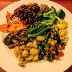 Seguindo firme nos almoços veganos: arroz integral feijão bolinho de quinoa…
