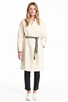 Manteau bouclette: Manteau en fil bouclette feutré, enrichi d'une touche de laine. Modèle de longueur genou avec col droit et poches latérales. Couture d'épaule descendue et manches 3/4. Sans boutonnage. Ceinture tissée à nouer à la taille. Doublé.
