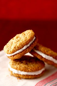 Step aside, Little Debbie. Our list of copycat recipes includes a recipe for oatmeal cream pies that will knock your socks off. Cookie Desserts, Cookie Recipes, Dessert Recipes, Dinner Recipes, Taco Bell Recipes, Yummy Noodles, Oatmeal Cream Pies, Homemade Oatmeal, Restaurant Recipes