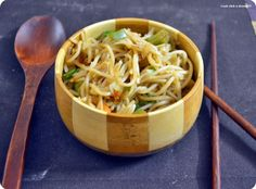 Hakka noodles recipe: Veg hakka noodles recipe with crunchy peanuts and sesame toppings,recipe @ http://cookclickndevour.com/2014/02/hakka-noodles-recipe.html