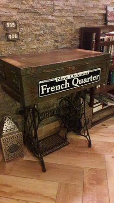 Ammunition Box Into Sewing Machine Table Diy Home Furniture, Recycled Furniture, Refurbished Furniture, Furniture Projects, Diy Projects, Old Sewing Machine Table, Vintage Sewing Machines, Wooden Trunks, Wooden Chest