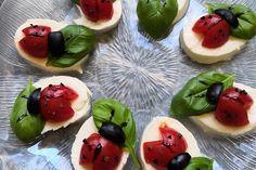 Tomate-Mozzarella-Marienkäfer von Chefkoch-Video   Chefkoch Tomate Mozzarella, Snacks Für Party, Caprese Salad, Ladybug, Catering Ideas, Kindergarten, Birthday, Appetizer Recipes, Recipes