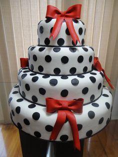 bolo em isopor revestido com massa de biscuit,4 andares,medidas: 50/40/30/20 diâm x 10 alt. laços removível R$340,00