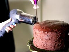 This Week for Dinner: Way Gourmet Kitchen Tip: Smoothing Ganache - This Week for Dinner.To give your icing a glossy finish, use your hair dryer. Baking Secrets, Baking Tips, Baking Hacks, Bread Baking, Baking Recipes, Lemon Cake Cookies, Three Ingredient Cookies, Store Bought Frosting, Cake Decorating Tips