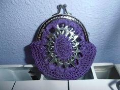Cartera morada hecha con hilo encerado y anillas de las latas de refresco.  #crochet #ganchillo #handmade  #purse #poptabs    #anillas      https://www.facebook.com/ovilladans/