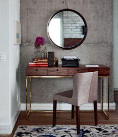 Arq Maicon Anotnioli A mobília de pau-ferro leva a assinatura do arquiteto. Espelho e cadeira da Loja Teo.