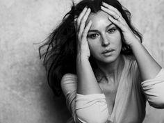 """Der deutsche Fotograf Peter Lindbergh feiert dieses Jahr seinen 70. Geburtstag. Von Kate Moss bis Reese Witherspoon, er hatte sie alle vor der Linse. Ein Bildband zeigt die schönsten Frauenporträts. Ausdrucksstark zeigte er die italienische Schauspielerin Monica Bellucci 2009 in der französischen """"Elle""""."""
