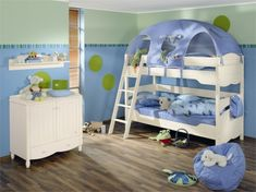 kinderbetten designs himmelblaue und seladongrüne töne kuscheltiere