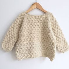 Brought up by wolves: Bubblewrap Jumper PatternKnitted kid sweater with Bubble Stitch Pattern.Bubblewrap Jumper This knitting pattern / tutorial is available for free.Free knitting patterns and crochet patterns for beginners. Kids Knitting Patterns, Jumper Knitting Pattern, Jumper Patterns, Knitting For Kids, Crochet Jumper, Crochet Patterns, Pull Crochet, Fall Knitting, Tricot Facile