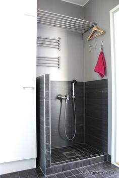 Modernisti kodikas: a mudshower next to the backdoor entrance is brilliant in a household with small children and dogs Laundry Mud Room, Boot Room, Kitchen Remodel, Bathroom Inspiration, Small House Decorating, Bathroom Decor, New Homes, Laundry In Bathroom, Home Decor