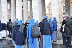 Monges fent cua per entrar a la missa Pro Eligendo Summo Pontifice