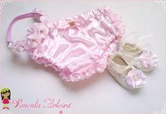 Kit Frufru Contém: <br>1 Calcinha Bunda com aplicação de flores <br>1 tiara com flores iguais da calcinha e <br>1 sapatinho de tecido <br>pode ser feita em outras cores. <br>Confirme o prazo de confecção com o vendedor.