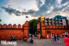 Puerta Tha Phae Gate de Chiang mai la entrada principal a la ciudad antigua de la rosa del norte de Tailandia. Vienes a cruzarla con nosotros? #tailandia #chiangmai #thaphae #vacaciones #viajar http://ift.tt/2t9u9TD