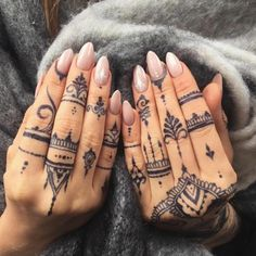 Henna tattoo - you will learn all about: henna color, henna tattoo patterns, white henna. Henna is healthy for the skin? How long will the henna tattoo Mehndi Designs, Henna Tattoo Designs, Finger Tattoo Designs, Tattoo Designs For Women, Henna Hand Designs, Indian Henna Designs, Henna Tattoo Hand, Henna Tattoo Muster, Hand Tats