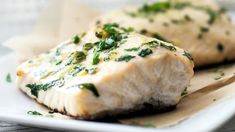 Easiest Baked Halibut Looking for halibut recipes? A simple blend of flavors is all you need for a fresh and fulfilling oven baked halibut dinner in just 20 minutes. Halibut Baked, Baked Fish, Oven Baked, Baked Halibut Recipes, Clean Eating Recipes, Cooking Recipes, Healthy Recipes, Healthy Eating, Salads