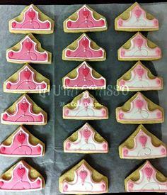 Coroncine di biscotto in ghiaccia reale e pasta di zucchero