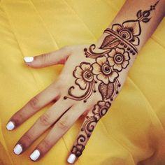 Henna tattoo in the hand temporary tattoo - Tatuaje temporal para chicas en la mano Más