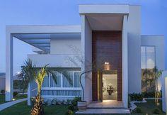 Decor Salteado - Blog de Decoração e Arquitetura : 15 Fachadas de casas com portas de entrada painéis/altas! Veja dicas e modelos lindos! #fachadasdecasas #modelosdecasasterrea