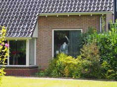 vroeger hadden we bloemen voor de ramen, nu poppen zonder kop. in Harkema Friesland