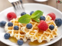 Classic Waffle : This is the basic recipe for authentic and delicious waffles, that you are invited to garnish with your preferred toppings! Yummy Waffles, Healthy Eating Habits, Waffle Iron, Waffle Recipes, Brunch, Kid Friendly Meals, Vegetarian, Yummy Food, Baking