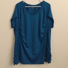 ✂️ PRICE CUT! ✂️ Plus Size Activewear Top Great, lightweight material. Lighter, vented fabric near underarms and back of the neck. Rouching at bust and hips makes for a flattering fit! Turquoise/blue color. Like new! Old Navy Tops Tees - Short Sleeve