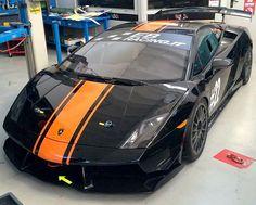 Lamborghini - Gallardo LP 570 Supertrofeo - 2011  Lamborghini Gallardo LP 570 Supertrofeo.GEGEVENS:-Certificaten en documenten: ACI-Race-uren: 30- Kleur: zwart- Motor: 5204 cc - V10 - 570 pk.- Opmerking: klaar om te racen.BESCHRIJVINGDit is een auto met vierwielaandrijving en 570 pk en schakelhendel op het stuur. Originele Lamborghini die geproduceerd is in 2011. De brandstof tank heeft een inhoud van 120 liter. Öhlins schokdempers Brembo remmen met ABS (antiblokkeersysteem). Weegt 1300 kg…
