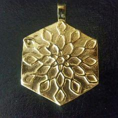 Dije dorado bañado en oro de 24 k texturizado