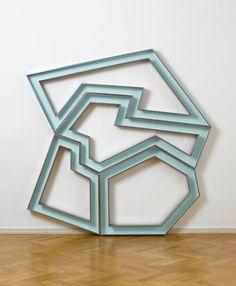 Richard Deacon, Alphabet M, 2013 Acier inoxydable laqué époxy — 243 × 245 × 12 cm