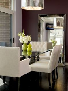 Moderno comedor con sillones blancos