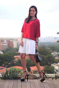 Mariah Bernardes com look leve e modelagem ampla: blusa pink e saia branca