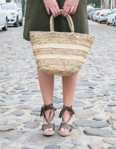 This straw tote is everything! And only $25! Photo: Charleston, South Carolina // Emily Nichols from Emillion Thoughts
