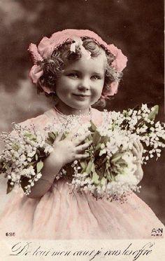 niña rubia con flores blancas