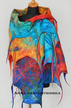 Gevilte sjaal-omslagdoek MY RAINBOW atr te dragen, regenboog voelde sjaal met regenboog wollen sjaal, regenboog kunst sjaal, unieke rainbow sjaal, eco fashion door Kantorysinska  Perfecte mode accessoire cadeau voor een outfit en gelegenheid.  Gevilte MY RAINBOW sjaal met dreadlocks. Heb je ooit gekust in een regen? Deze sjaal heeft intensieve kleuren: emerald-groen, turquoise, aquamarijn, geel, oranje, rood, blauw en Marine blauw. Alle kleuren dansen met elkaar. Het is vervaardigd uit…