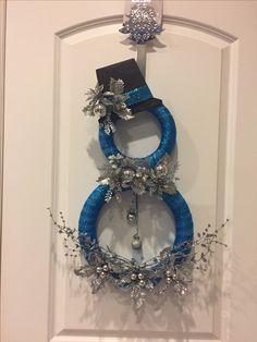 A cute silver and blue snowman shaped wreath. Snowman Wreath, Christmas Snowman, Christmas Crafts, Snowman Crafts, Christmas Trees, Wreath Crafts, Diy Wreath, Holiday Crafts, Diy Snowman Decorations