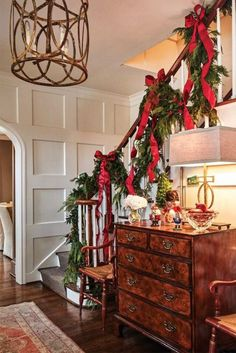 Christmas is coming, how is your home decorated? What I want to remind you is: Don't forget the Christmas staircase decoration. We have provided you with 30 best Christmas staircase decoration ideas, please enjoy! Foyer Decorating, Decorating Your Home, Decorating Ideas, Christmas Stairs Decorations, Holiday Decorations, Handmade Decorations, Stairway Garland, Stair Decor, Staircase Decoration