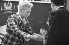 130915 GD @ handshake event (cr.SUPERBLEE)  #32